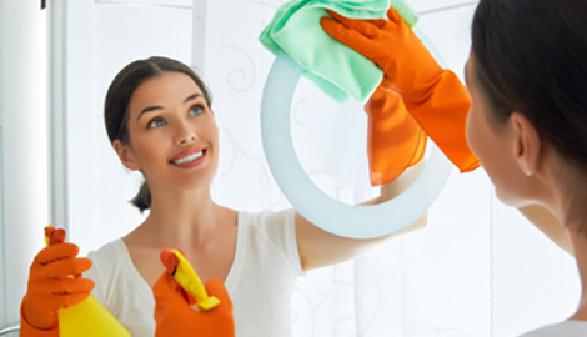 Frau reinigt Spiegel mit Putzmittel © Konstantin Yuganov, Fotolia