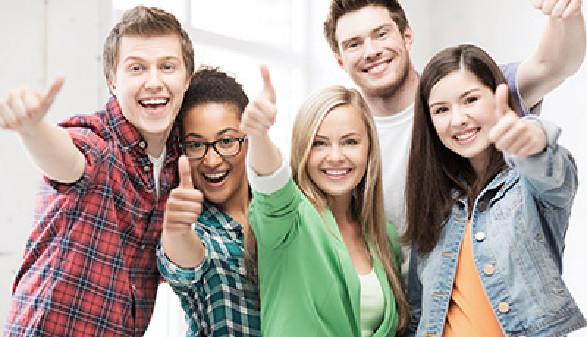 junge Leute zeigen Daumen hoch © Syda Productions, fotolia.de