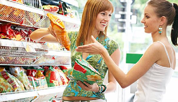 Zwei Frauen beim Lebensmitteleinkauf © Franz Pfluegl, Fotolia.com