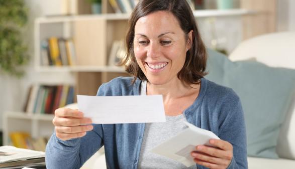 Frau öffnet lächelnd ihren Brief © PheelingsMedia, stock.adobe.com