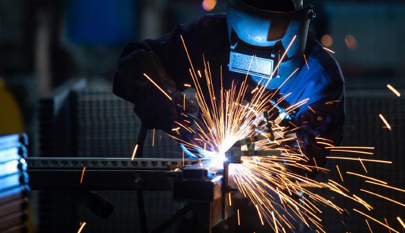 Arbeiter bei Schweißarbeiten © tong2530, stock.adobe.com