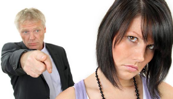 Chef beschimpft seine Mitarbeiterin - Diskriminierung ist verboten! © Klaus-Peter Adler, Fotolia