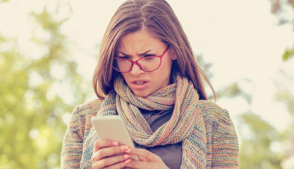 Frau blickt verwundert auf ihr Handy © Feodora, stock.adobe.com
