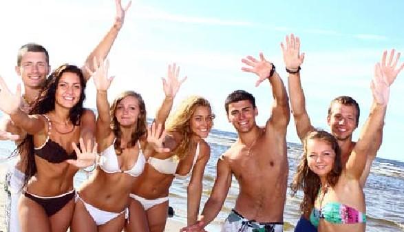 Gruppe Jugendliche ausgelassen am Strand © Sergejs Rahunoks, Fotolia.com