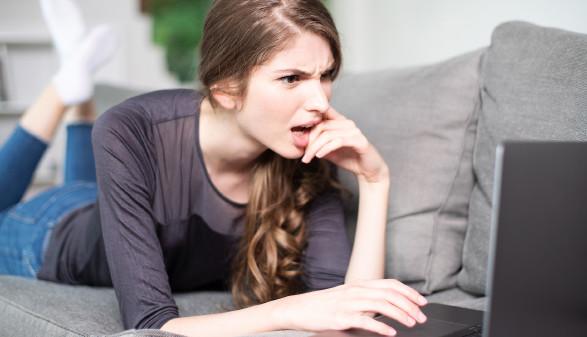 Junge Frau schaut verärgert in ihren Laptop © Wellnhofer Designs , stock.adobe.com