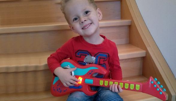 Bub spielt mit Kinder-E-Gitarre © K.Lachner, Arbeiterkammer Oberösterreich