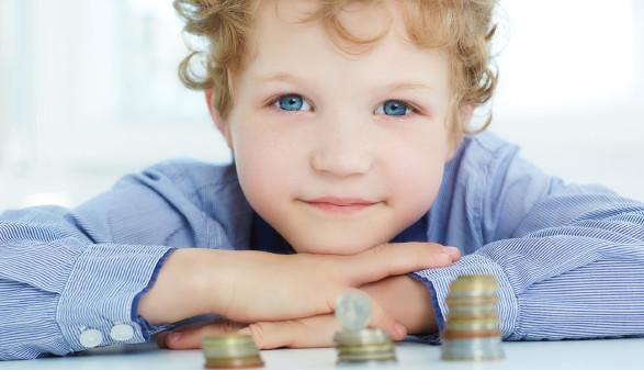 Kind stützt Kopf auf Hände © cameravit, stock.adobe.com