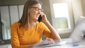Frau im Büro telefoniert mit Handy © goodluz, stock.adobe.com