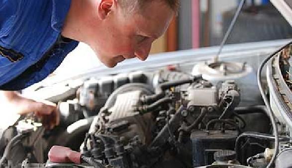 Mechaniker macht Motorcheck © jörn buchheim, fotolia.com