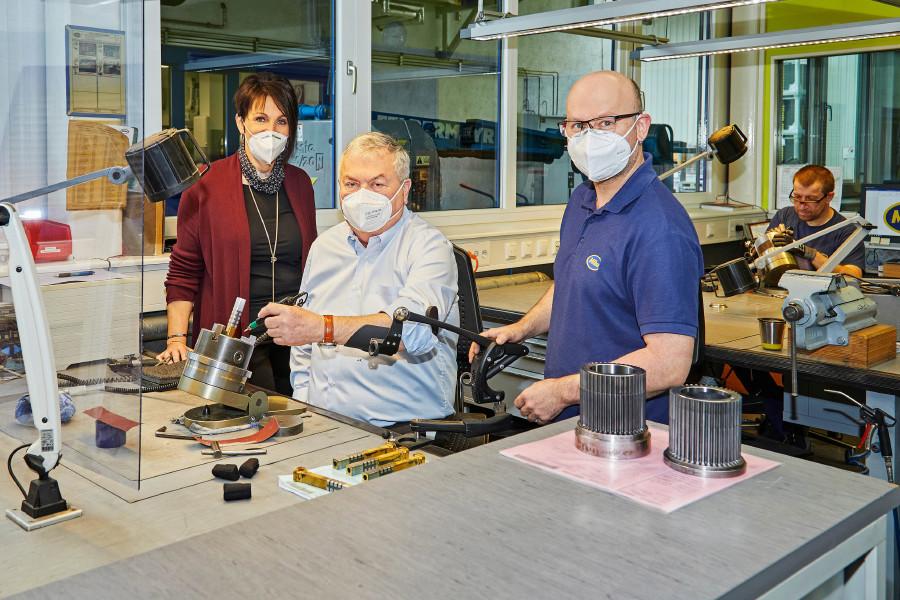 AK-Präsident Johann Kalliauer (Mitte) testet die Exoskelette, die den Beschäftigten bei Miba Sinter nun die Arbeit erleichtern © Erwin Wimmer, Arbeiterkammer Oberösterreich