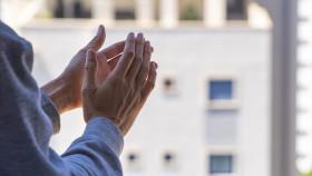 Händeklatschen für Pflegekräfte © vejaa, adobe.stock.com