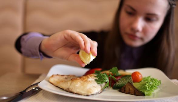 Mädchen isst Fisch © Arkady Chubykin , stock.adobe.com