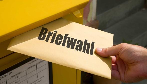 Stimmzettel für Wahl wird in Postkasten eingeworfen © VRD, stock.adobe.com