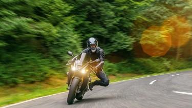 Motorradfahrer auf Freilandstraße © rcfotostock, stock.adobe.com