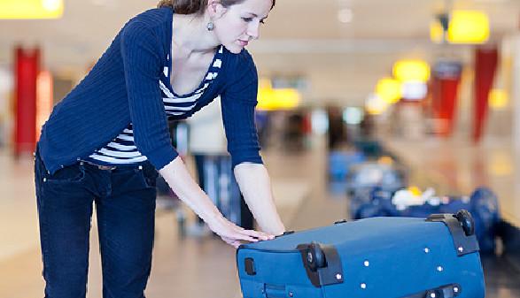 Gepäckstück am Förderband des Flughafens © lightpoet, Fotolia.com