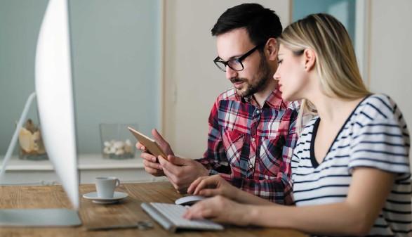 Mann und Frau sitzen vor dem Computer © stock.adobe.com