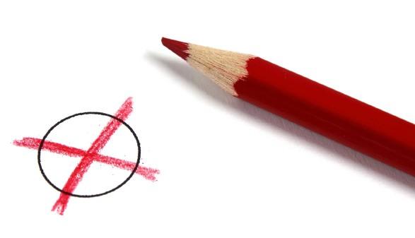 roer Stift liegt neben einem roten Kreuzerl auf Stimmzettel © pico, stock.adobe.com