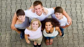 Jugendliche stehen zusammen und schauen nach oben © Racle Fotodesign , stock.adobe.com