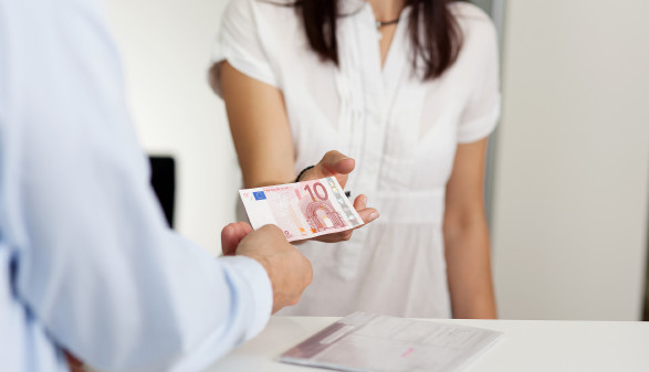 Kundin bekommt Geldschein zurück © contrastwerkstatt , stock.adobe.com