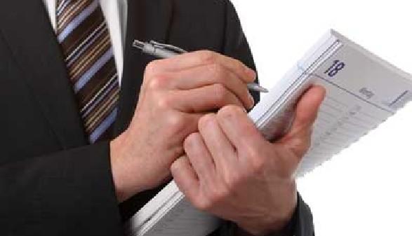 Betriebrat notiert sich etwas auf seinem Notizblock © M&S Fotodesign, Fotolia.com