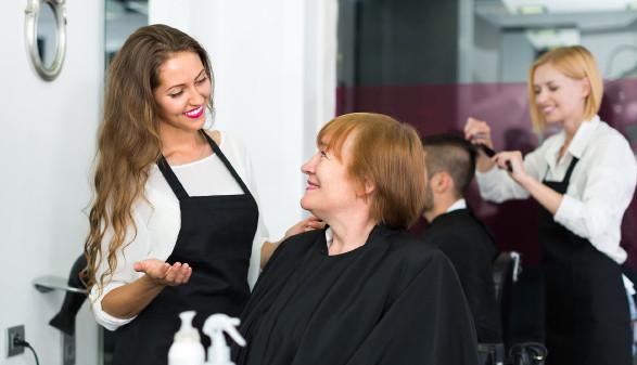 Frau wird im Friseursalon von einer Friseurin betreut © JackF, stock.adobe.com