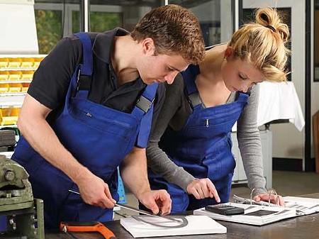 Arbeiterin und Arbeiter in der Werkstatt © -, AKOÖ