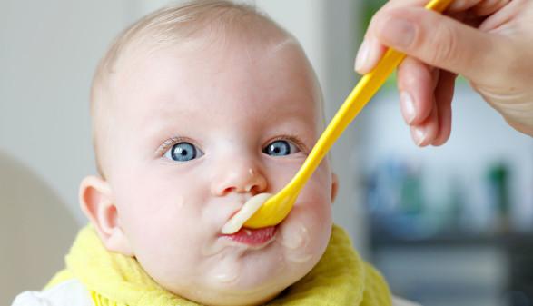 Baby wird mit Brei gefüttert © Reicher, stock.adobe.com