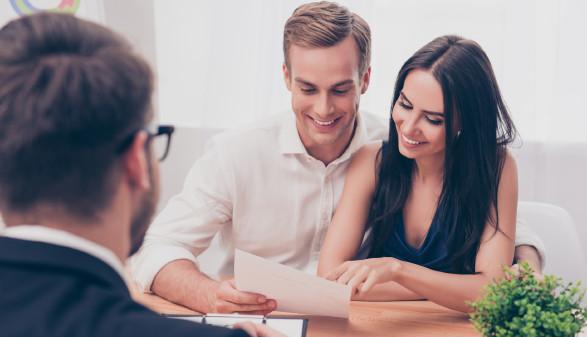 Paar bei der Beratung in der Bank © Deagreez, stock.adobe.com