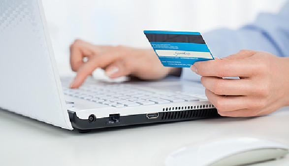 Jemand tippt Daten der Kreditkarte in Laptop © rangizzz, stock.adobe.com
