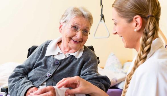 Pflegerin kümmert sich um Seniorin im Altenheim © Kzenon, stock.adobe.com