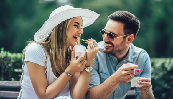 Paar beim Eis essen © Mediteraneo, -