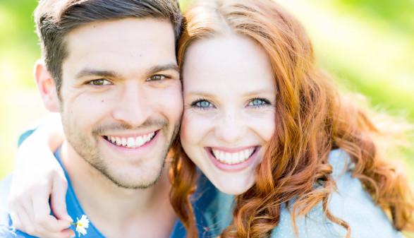 Junges Paar lächelt in die Kamera © DrubigPhoto, stock.adobe.com