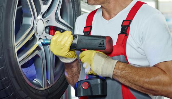 Mechaniker montiert Autoreifen © Karin & Uwe Annas, stock.adobe.com