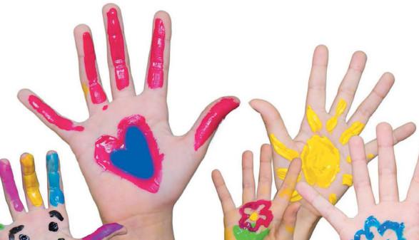Bemalte Kinderhände © -, Arbeiterkammer Oberösterreich