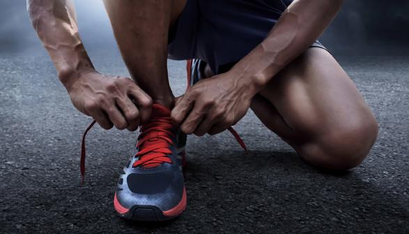 Person bindet sich die Laufschuhe zu © Fotokitas, stock.adobe.com