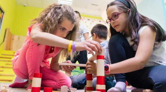 Kinder beim Spielen mit Bausteinen © Kzenon, stock.adobe.com