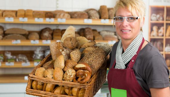 Frau arbeitet als Bäckereisverkäuferin © PictureFactory, stock.adobe.com