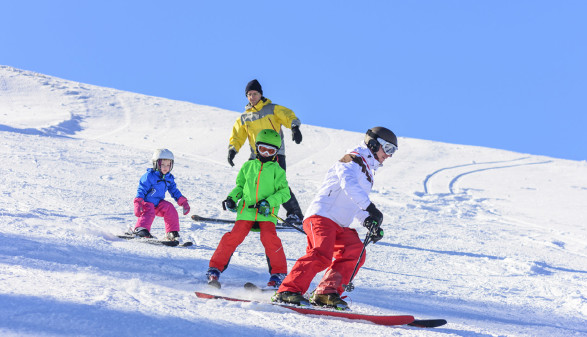 Personen beim Skifahren © Arochau, stock.adobe.com