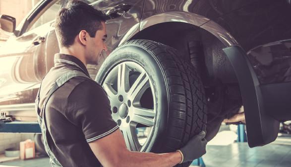 Mechaniker wechsel den Reifen in der Werkstatt © georgerudy, stock.adobe.com