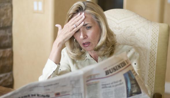 Frau liest Zeitung und greift sich am Kopf © William Casey , stock.adobe.com
