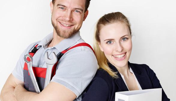 Zwei junge Menschen in Arbeitskleidung © Uwe annas, stock.adobe.com