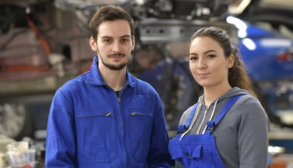 Weiblicher und männlicher Lehrling in Autowerkstatt © goodluz , stock.adobe.com
