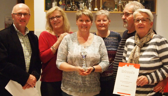 ÖGB-Regionalsekretär Johann Walchetseder gratuliert den erfolgreichen Keglern/-innen. © -, Arbeiterkammer Oberösterreich