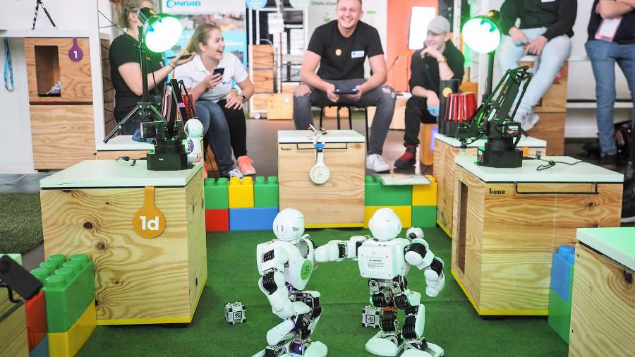 Jugendliche bedienen Roboter im AEC © Martin Hieslmair, Ars Electronica