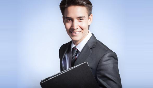 Junger Mann in Anzug mit Mappe © kieferpix , stock.adobe.com
