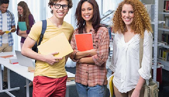 Studentinnen und Student stehen beisammen und lachen © WavebreakMediaMicro, Fotolia