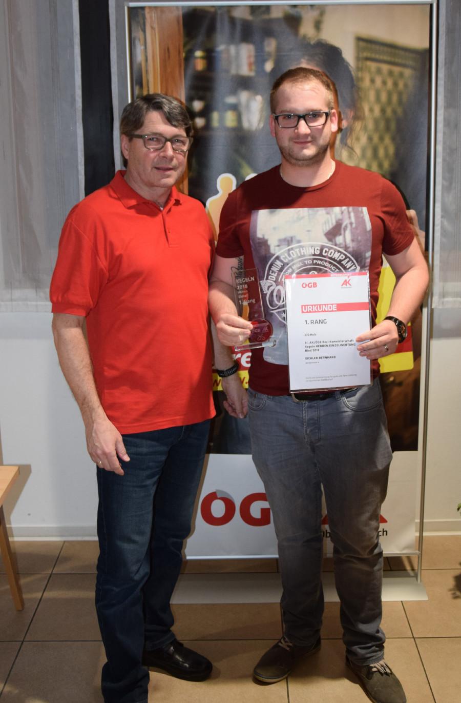 AK-Bezirksstellenleiter Siegfried Wambacher (links) gratuliert dem Bezirksmeister Bernhard Eichler. © -, AK Oberösterreich