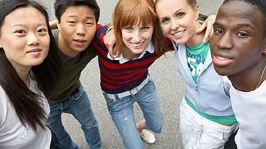 Jugendliche halten zusammen © Franz Pfluegl, fotolia.com