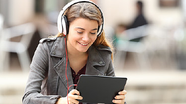 Jugendliche mit Tablet und Headset © Antonioguillem, Fotolia.com