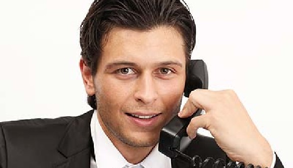 Mann in Anzug telefoniert mit Festnetz-Telefon © Peter Atkins, Fotolia.com